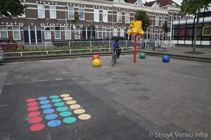 Inrichting schoolplein met sierbollen gekleurde betonnen bol