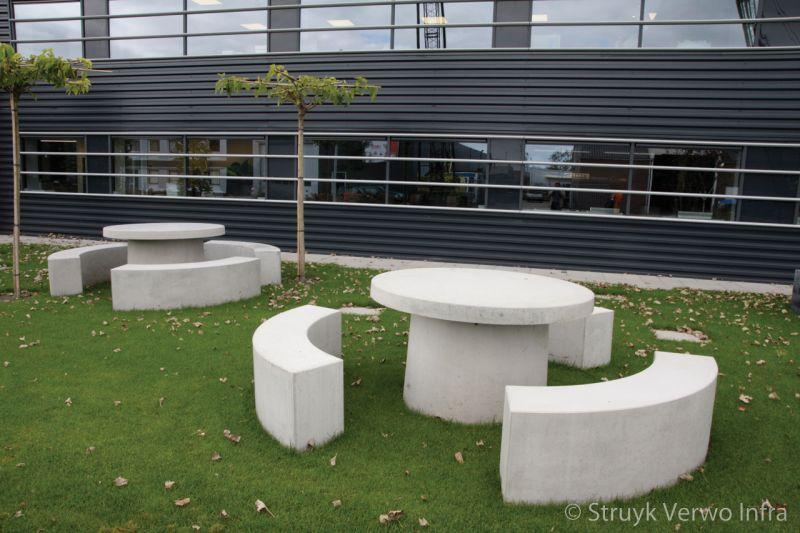 Picknickset van beton op fabrieksterrein