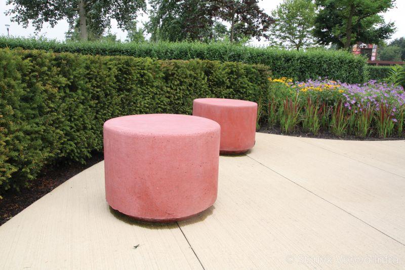 Sierpoefs van beton rood betonnen zitelement