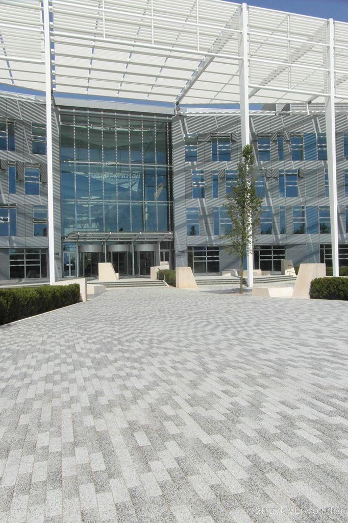 Betonstraatstenen 23 7x7 9 bestrating in diverse tinten quadrant mk network rail hq milton keynes gewassen betonstraatsteen