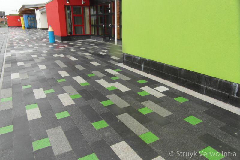Groene stenen in bestrating antonshill primary school stenhousmuir