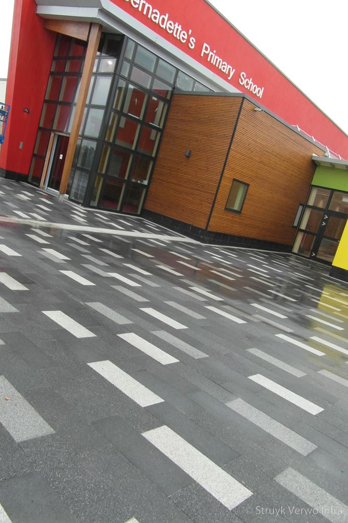 Kleurenmix bestrating op schoolplein