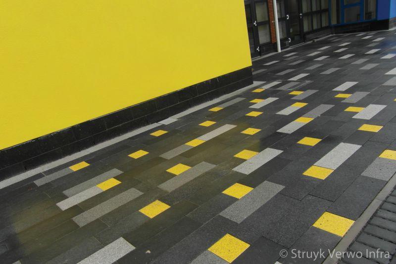 Gele accenten in bestrating antonshill primary school stenhousmuir