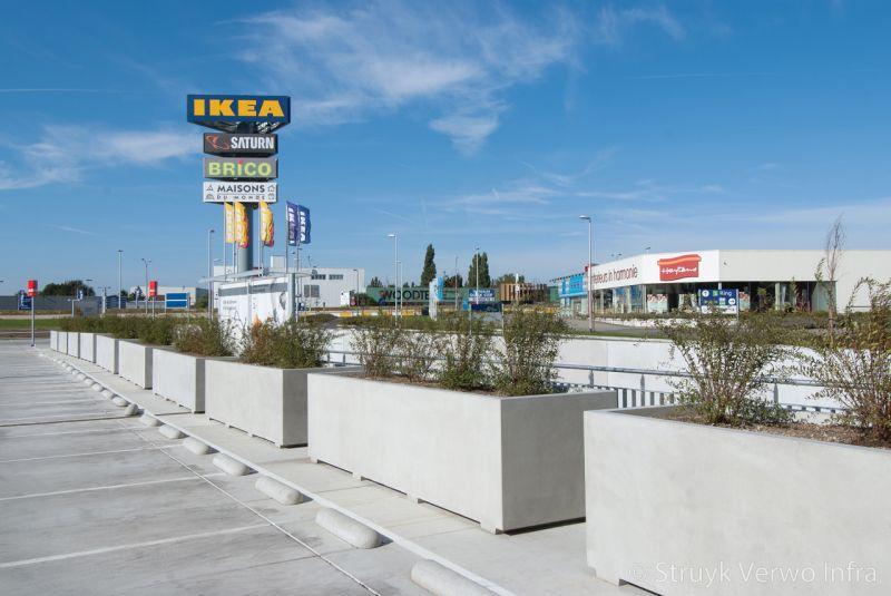 Bloembakken 120x420 cm inclusief voet op parkeerdak plantenbak beton