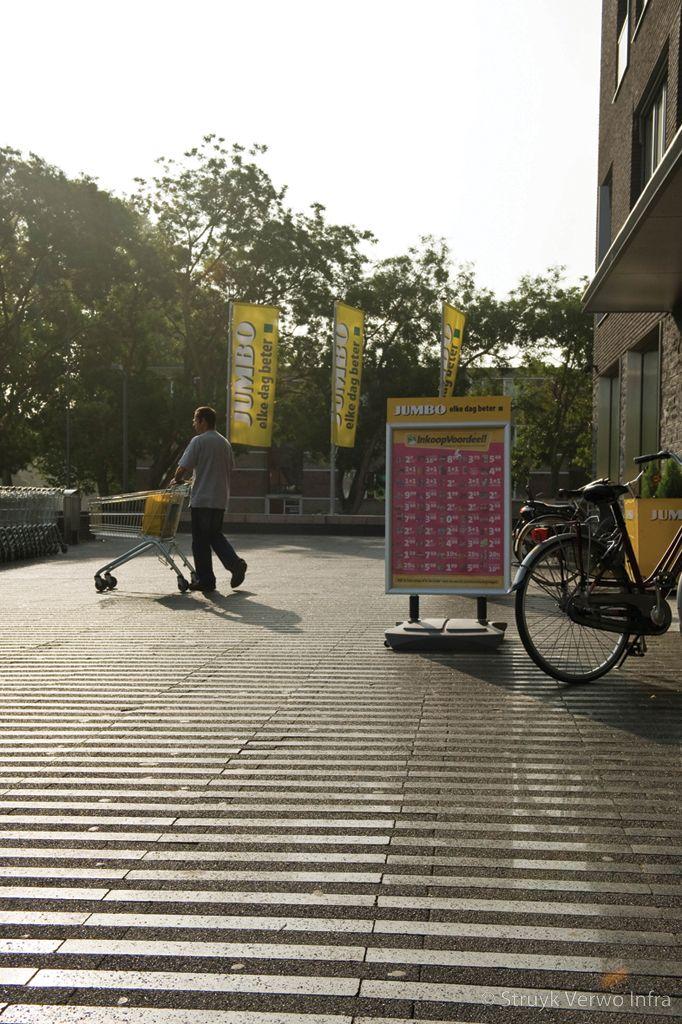Strokenpatroon bestrating op winkelplein slijtvaste betonstraatstenen