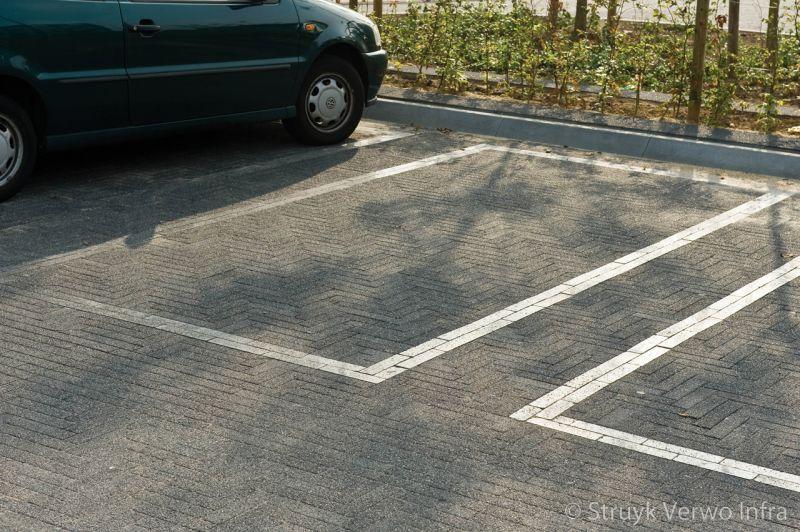 Belijning parkeervakken met liscio 24x6x8 tagenta a elementenverharding