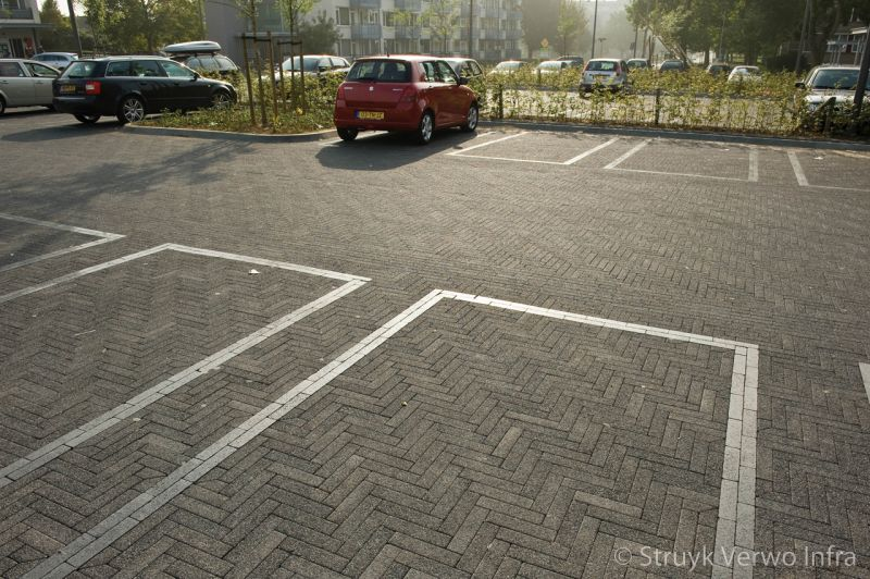Belijning parkeervakken met geslepen bestrating inrichting parkeerterrein