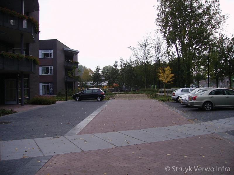 Poreuze bestrating op parkeerplaats