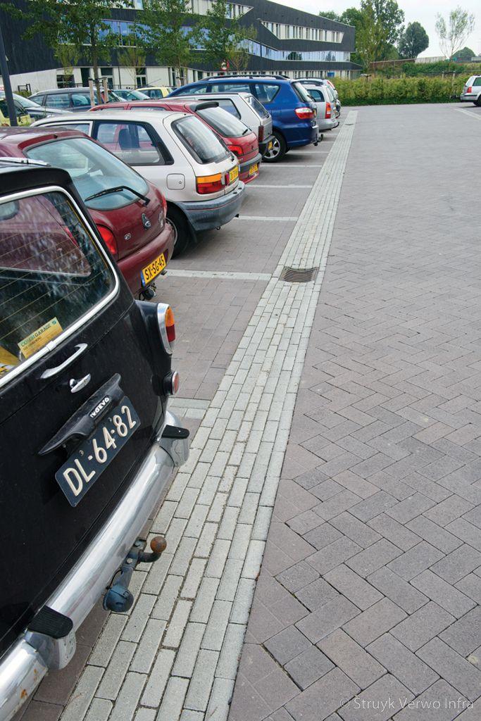 Belijning parkeervakken met dikformaten novato grigio betonklinkers