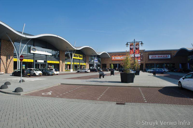 Bruine bestrating in parkeervakken elementenverharding uitgewassen straatsteen