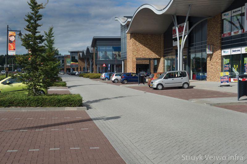 Bruine betonstraatsteen in de parkeervakken lavaro betonstraatsteen