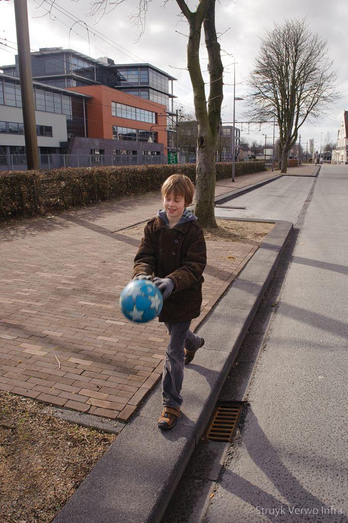 Brede uitgewassen betonnen trottoirband stationsplein oss brede betonband