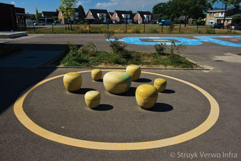 Peuterbolder geel op het schoolplein poef beton