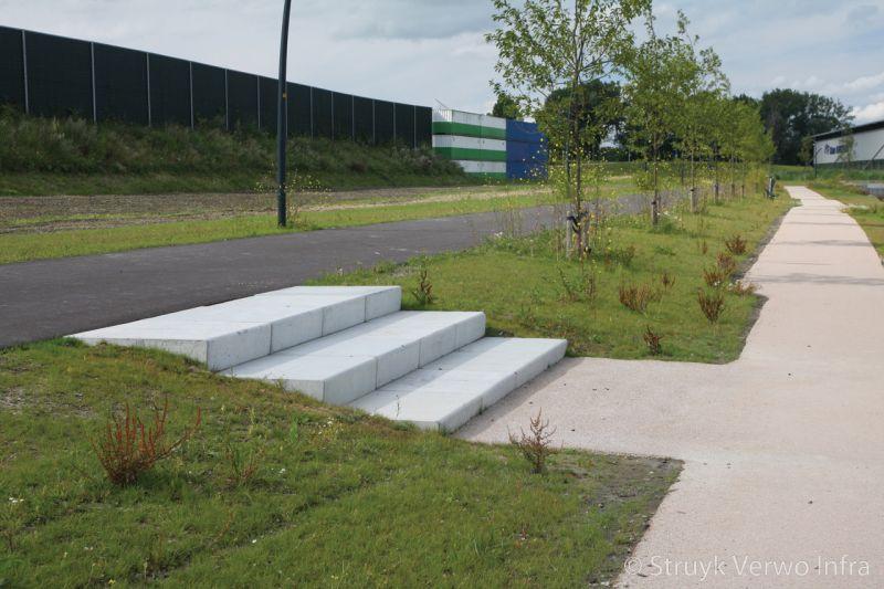 Blauwe berg hoorn prefab traptrede 100 cm lichtgrijs traptreden beton