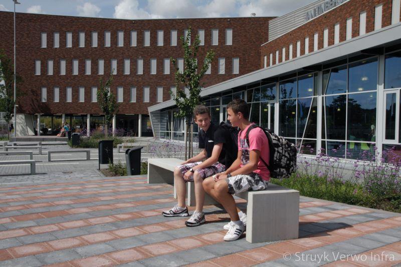 Betonnen zitbanken op een schoolplein parkbank buitenmeubilair beton parkmeubilair