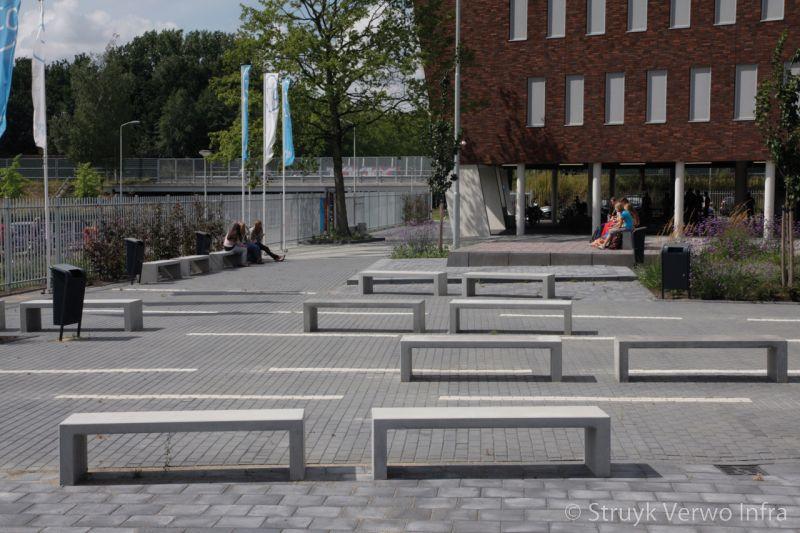Parkbanken op een schoolplein