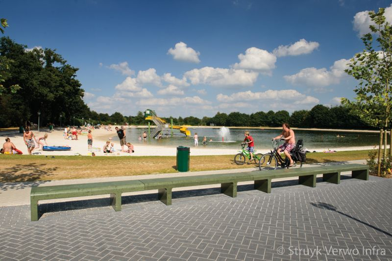 Zitbank groen gecoat bij recreatiepark parkbank buitenmeubilair beton