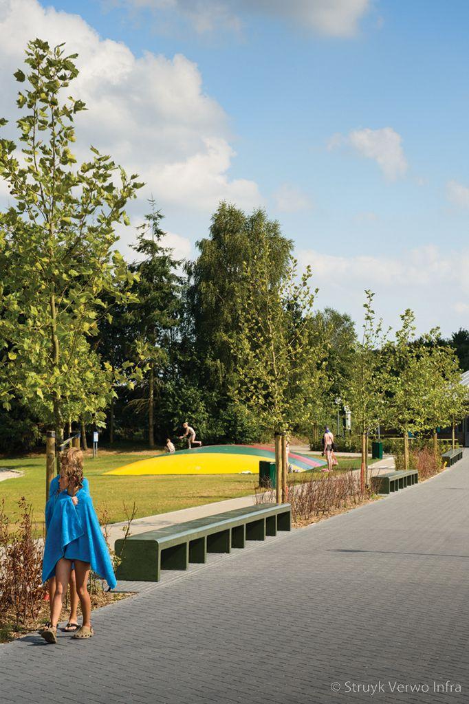 Zitbanken van beton in recreatiepark ter spegelt parkmeubilair beton