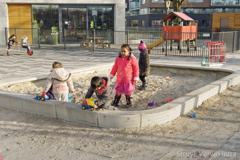 Zandbak uit betonnen elementen zandspel