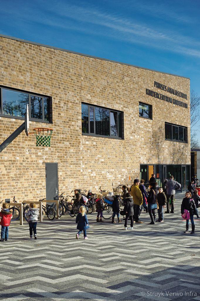 Schoolplein met patroon van betonstraatstenen
