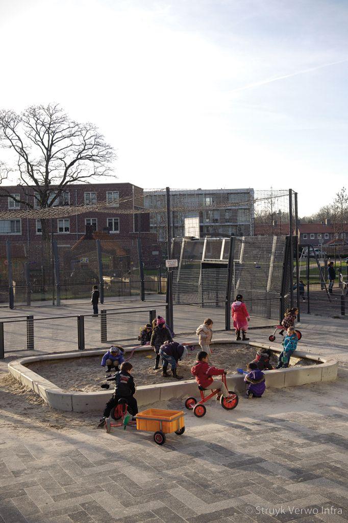 Zandbak met betonnen omranding op het schoolplein zandbak beton inrichting schoolplein