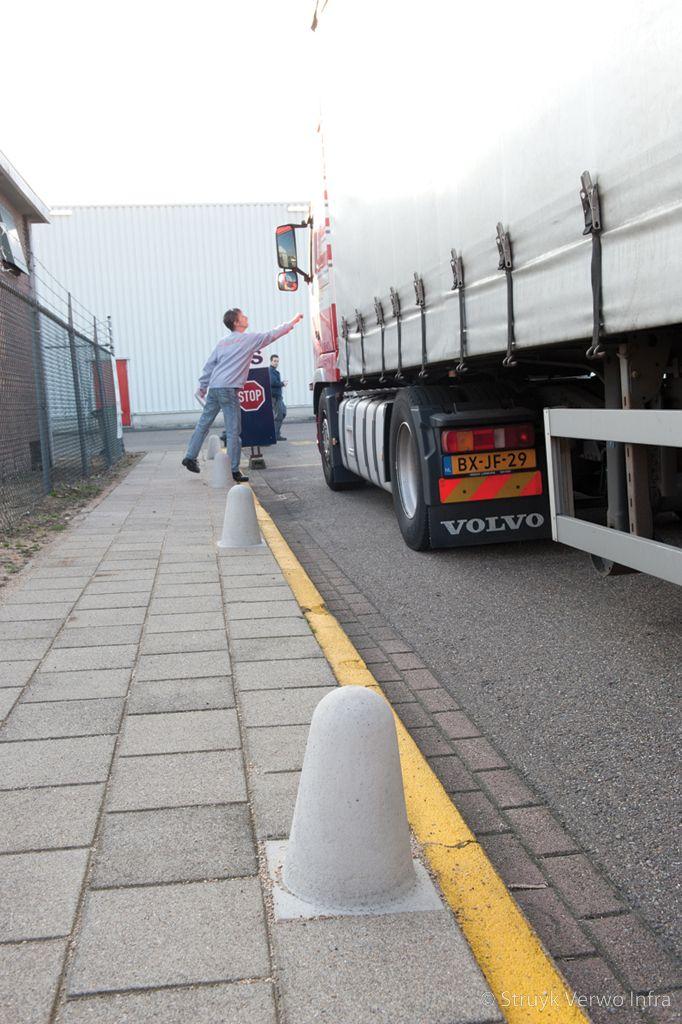 Sierpaal limbricht sierpalen antiparkeer vrachtwagen anti parkeerpalen beton betonnen palen afzetpalen