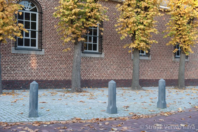 Nostalgische sierpaal rondom kapel anti parkeer element beton