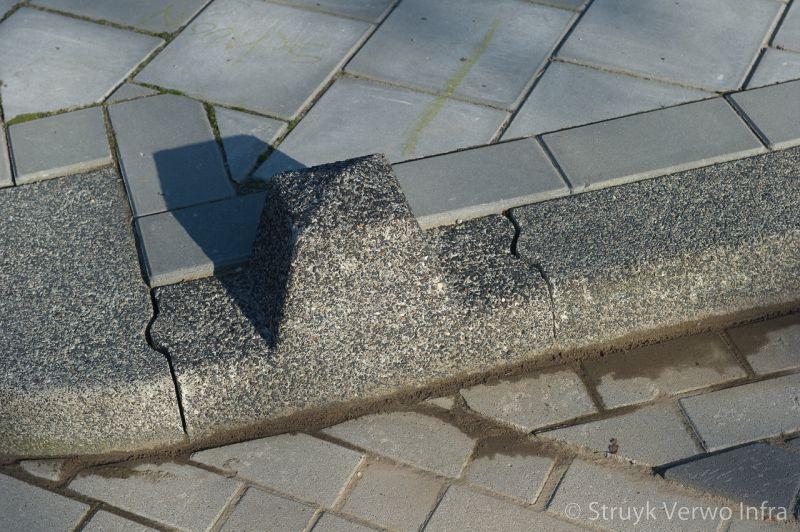 Sierpaal in trottoirband anti parkeerelement beton