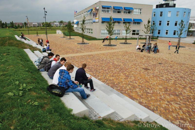 Tribune opgebouwd uit betonnen zitranden
