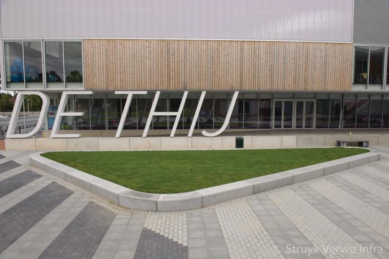 Groenomranding door betonnen banden sportpark de thij groenplinten beton