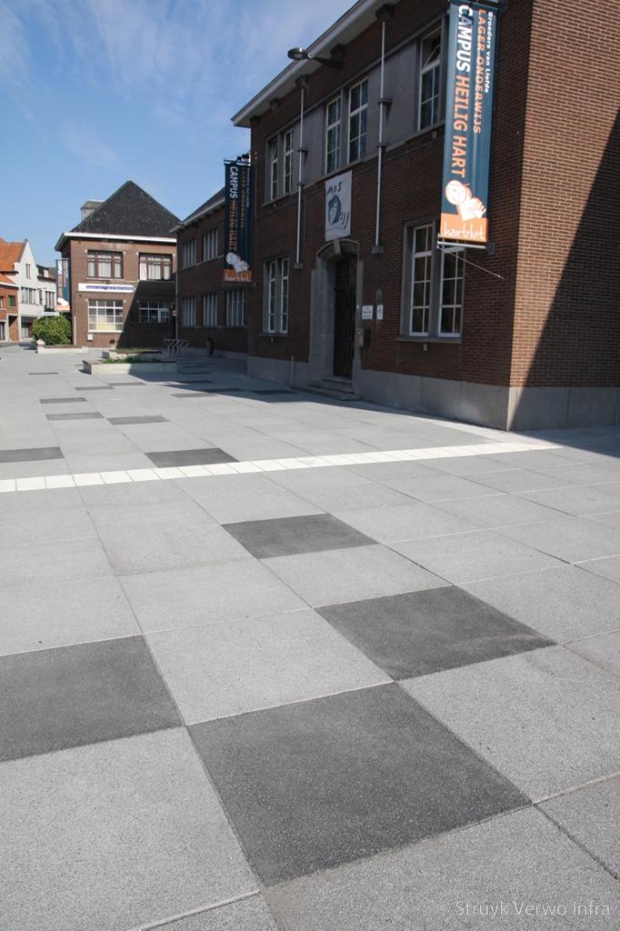 Grootformaat uitgewassen stenen op schoolplein lavaro betonstraatsteen