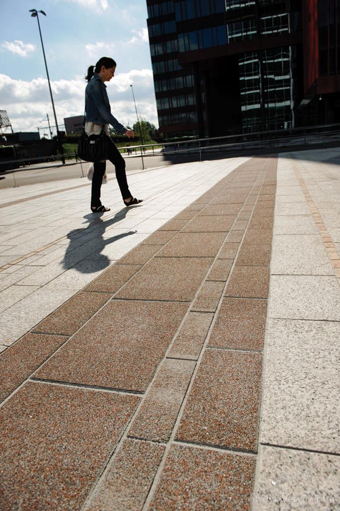 Uitgewassen bestrating grijsrood gewassen trottoirtegels gewassen betontegel