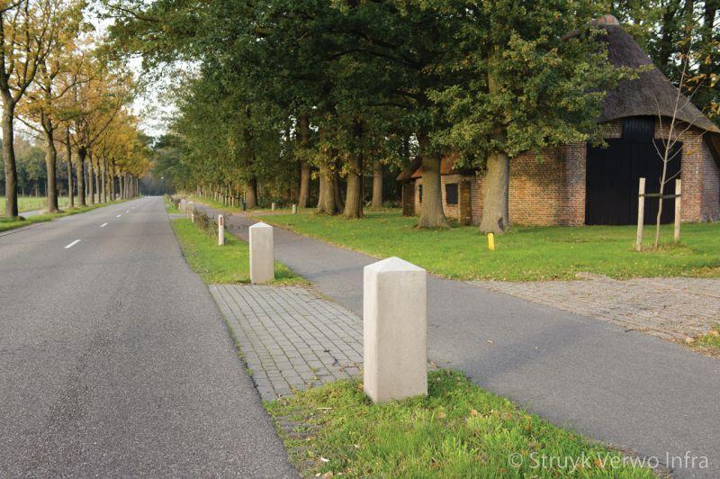Betonnen sierpaal langs openbare weg
