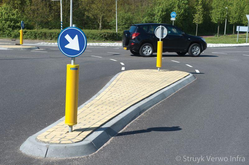 Onkruidvrije bestrating op verkeerseiland verkeersheuvel verkeersbord verplichte rijrichting