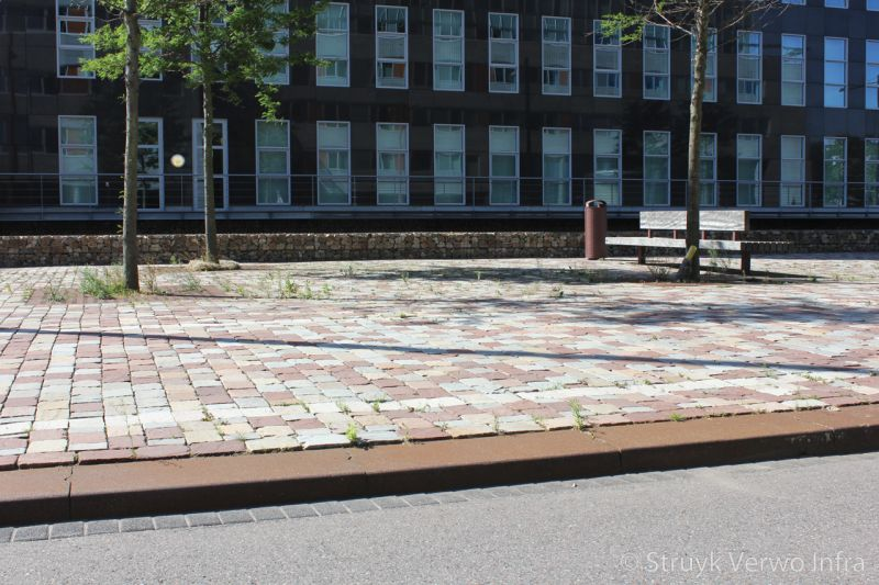 Verroeste trottoirband trottoirband met roest look zware trottoirband brede betonband