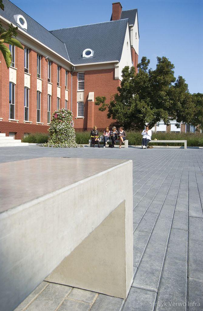 Bank van beton voor ziekenhuis