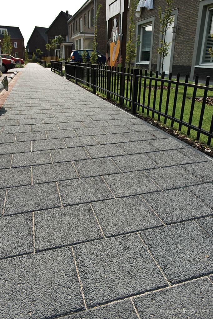 Trottoir met structuurtegels halfsteensverband 30x30 woonwijk de afhang