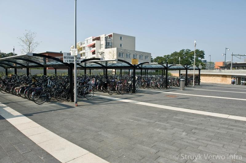 Betonstraatsteen 60x20 breccia nero carborundum bestrating rond fietsenstalling