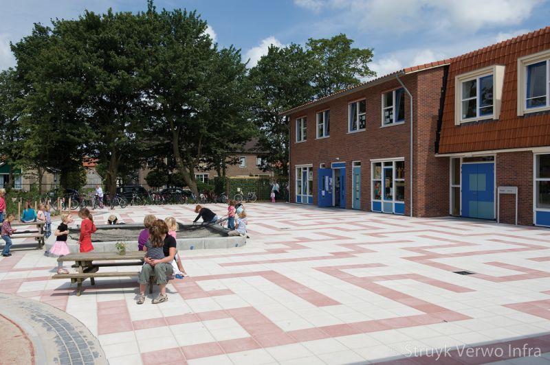 Grootformaat tegels op schoolplein in patroon