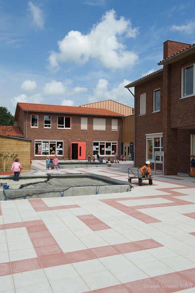 Witte en oranje tegels op schoolplein