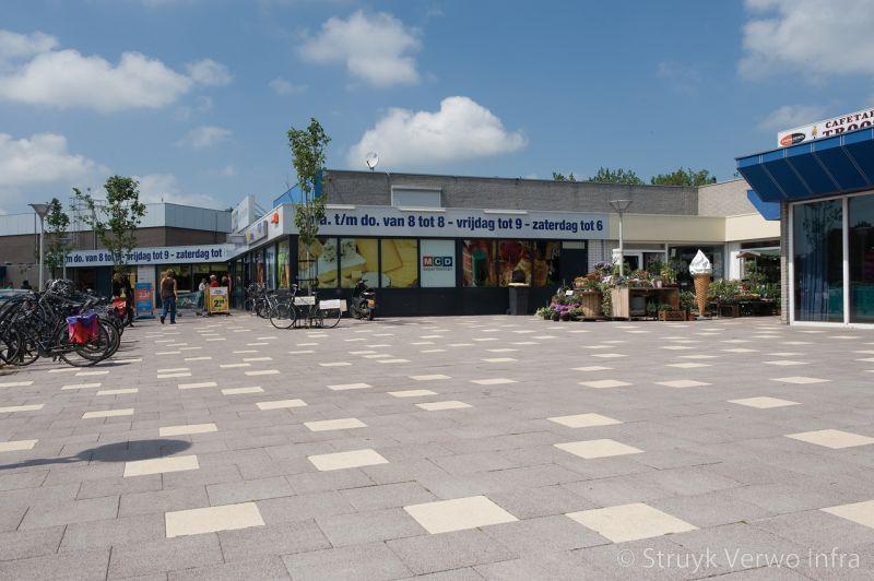 Grootformaat steen in winkelcentrum kleurvaste betonklinkers bestrating winkelplein