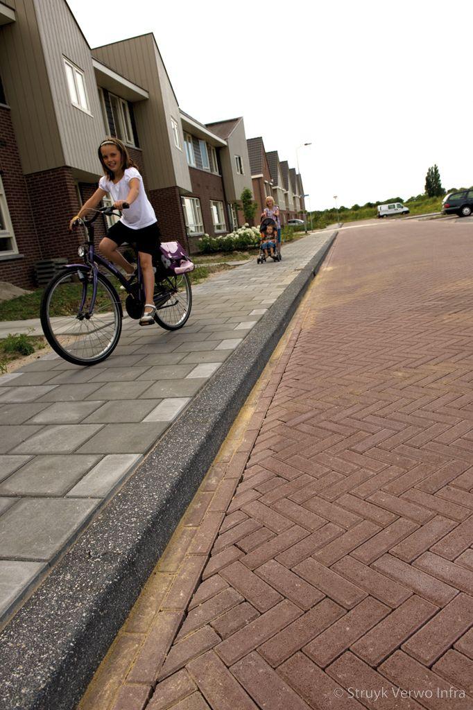 Dikformaat toegepast in straatwerk woonwijk keranova 21x6 9x8cm rossa