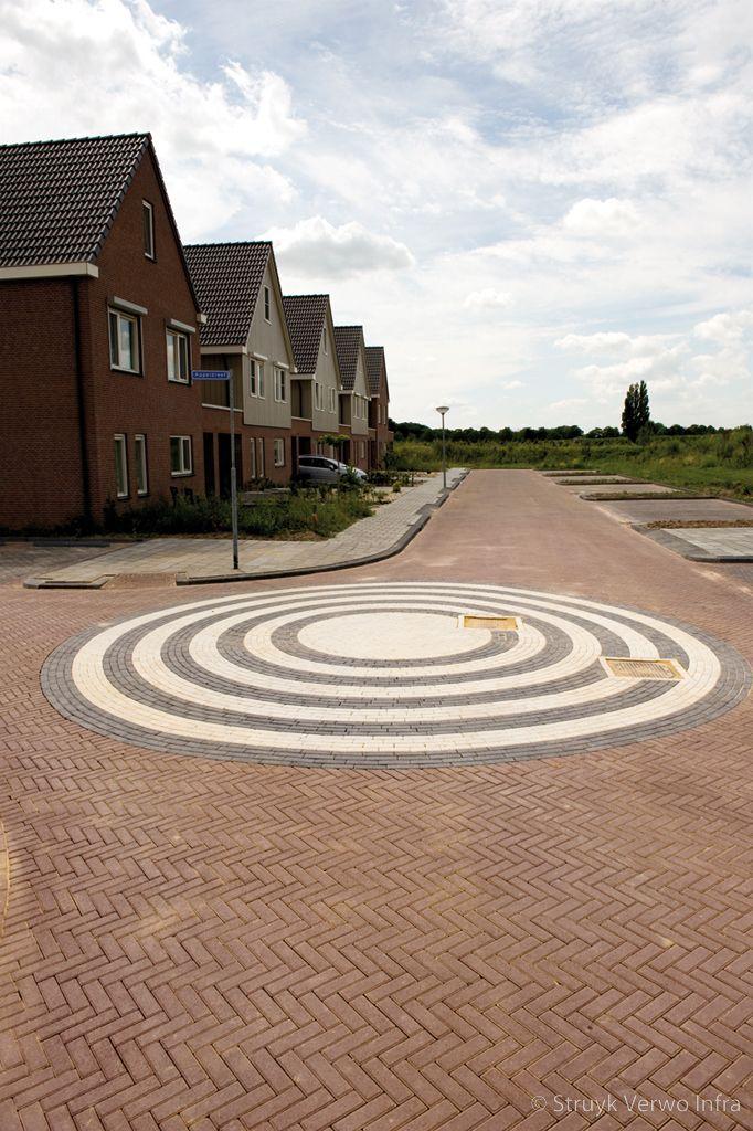 Cirkel in straatwerk bij t splitsing alternatief gebakken straatstenen
