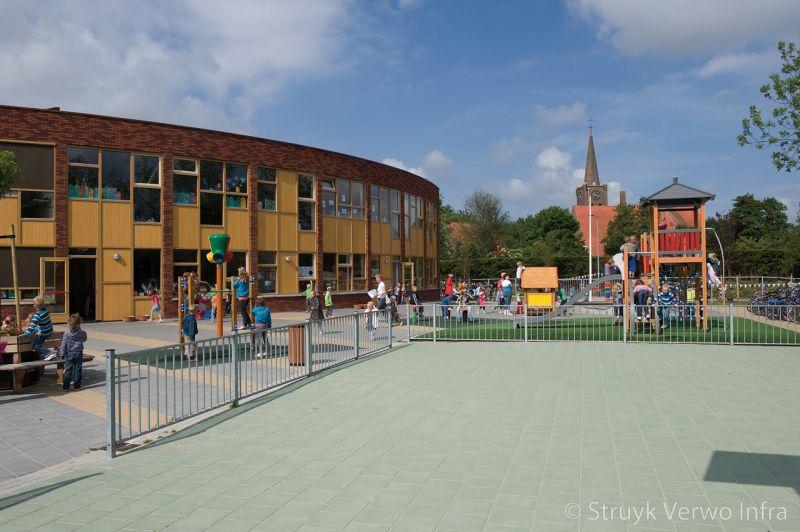 Inrichting schoolplein met diverse kleuren tegels