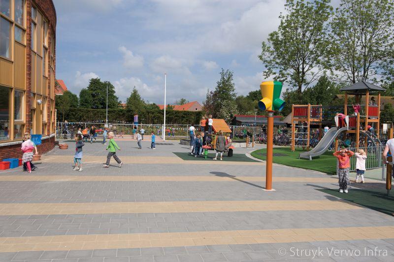 Stroken bestrating op schoolplein tegels 30x30 grijs en geel in banen op schoolplein