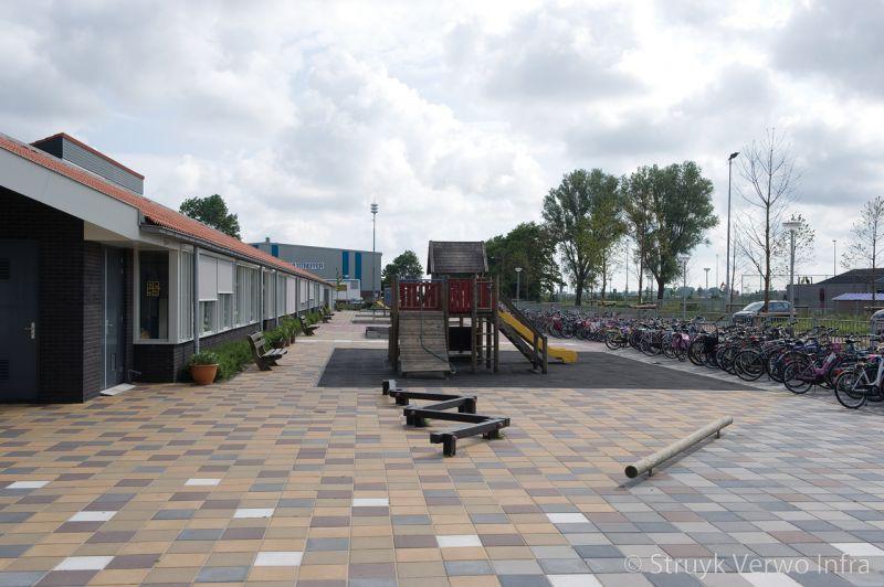 Diverse kleuren betontegel op schoolplein