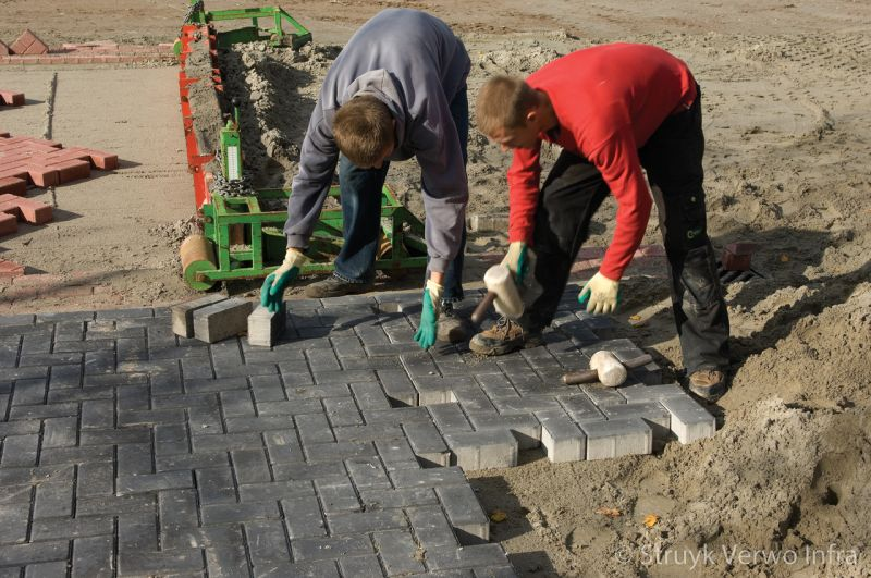Machinaal straten betonstraatstenen in keperverband