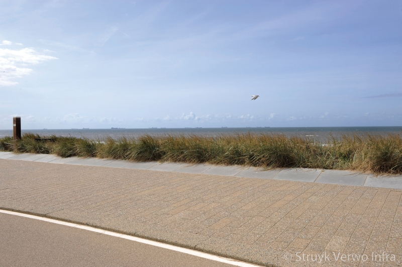 Uitgewassen bestrating langs strand inrichting boulevard