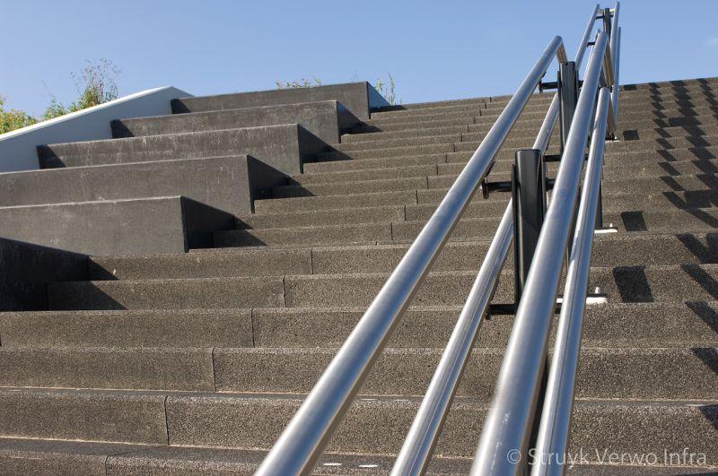 Trappartij met metalen leuning bloktrede beton trapelementen beton