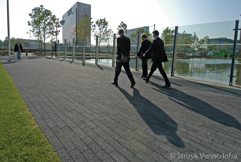 Zwart gewassen betonstraatsteen in strokenverband